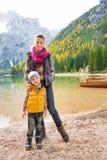 Μητέρα και κόρη που χαμογελούν μαζί στη λίμνη Bries στοκ εικόνες με δικαίωμα ελεύθερης χρήσης