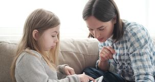 Μητέρα και κόρη που χρησιμοποιούν τον υπολογιστή στο σπίτι φιλμ μικρού μήκους