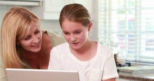 Μητέρα και κόρη που χρησιμοποιούν το lap-top από κοινού φιλμ μικρού μήκους