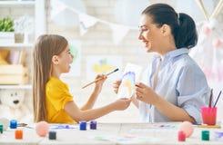 Μητέρα και κόρη που χρωματίζουν από κοινού Στοκ Φωτογραφίες