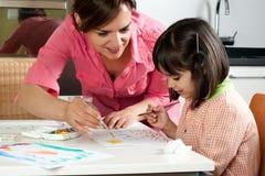 Μητέρα και κόρη που χρωματίζουν από κοινού Στοκ εικόνα με δικαίωμα ελεύθερης χρήσης