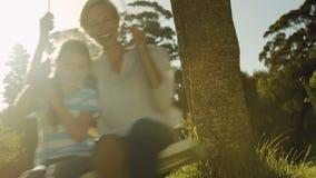 Μητέρα και κόρη σε μια ταλάντευση απόθεμα βίντεο