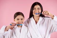 Μητέρα και κόρη στα δόντια βουρτσών εσθήτων Στοκ Εικόνα