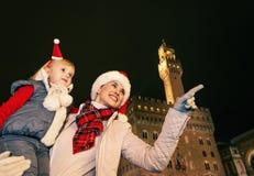 Μητέρα και κόρη στα καπέλα Χριστουγέννων στην υπόδειξη της Φλωρεντίας Στοκ Εικόνες