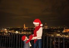 Μητέρα και κόρη στα καπέλα Χριστουγέννων στη Φλωρεντία, Ιταλία Στοκ Εικόνες