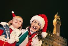 Μητέρα και κόρη στα καπέλα Χριστουγέννων στη Φλωρεντία με τη σημαία Στοκ Εικόνες