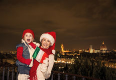 Μητέρα και κόρη στα καπέλα Χριστουγέννων στη Φλωρεντία που παρουσιάζει σημαία Στοκ Εικόνα