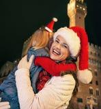 Μητέρα και κόρη στα καπέλα Χριστουγέννων στο αγκάλιασμα της Φλωρεντίας Στοκ φωτογραφίες με δικαίωμα ελεύθερης χρήσης