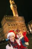 Μητέρα και κόρη στα καπέλα Χριστουγέννων της Φλωρεντίας Στοκ εικόνες με δικαίωμα ελεύθερης χρήσης