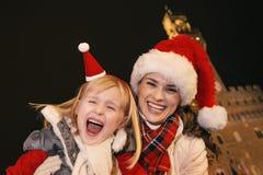 Μητέρα και κόρη στα καπέλα Χριστουγέννων ενάντια σε Palazzo Vecchio Στοκ Φωτογραφία