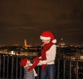 Μητέρα και κόρη στα καπέλα Χριστουγέννων παιχνίδι της Φλωρεντίας, Ιταλία Στοκ Εικόνες