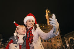 Μητέρα και κόρη στα καπέλα Χριστουγέννων που παίρνουν selfie στη Φλωρεντία Στοκ Φωτογραφίες