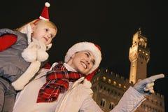 Μητέρα και κόρη στα καπέλα Χριστουγέννων στην υπόδειξη της Φλωρεντίας Στοκ φωτογραφία με δικαίωμα ελεύθερης χρήσης