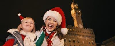 Μητέρα και κόρη στα καπέλα Χριστουγέννων στη Φλωρεντία με τη σημαία Στοκ εικόνες με δικαίωμα ελεύθερης χρήσης