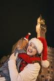 Μητέρα και κόρη στα καπέλα Χριστουγέννων στο αγκάλιασμα της Φλωρεντίας Στοκ Εικόνες