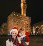 Μητέρα και κόρη στα καπέλα Χριστουγέννων της Φλωρεντίας Στοκ Εικόνες