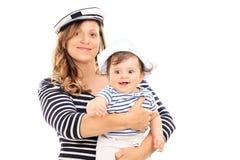 Μητέρα και κόρη στα κοστούμια ναυτικών στοκ εικόνες με δικαίωμα ελεύθερης χρήσης