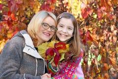 Μητέρα και κόρη στην εποχή φθινοπώρου πάρκων στοκ εικόνες