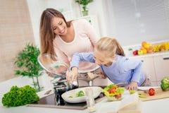 Μητέρα και κόρη στην κουζίνα στοκ εικόνες