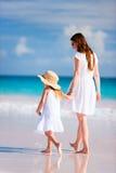Μητέρα και κόρη στην παραλία Στοκ φωτογραφία με δικαίωμα ελεύθερης χρήσης