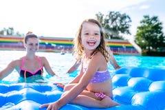 Μητέρα και κόρη στην πισίνα, aquapark καλοκαίρι ηλιόλουστο Στοκ Εικόνες