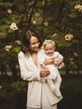 Μητέρα και κόρη στο ανθίζοντας πάρκο στοκ εικόνα