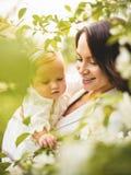 Μητέρα και κόρη στο ανθίζοντας πάρκο στοκ εικόνες με δικαίωμα ελεύθερης χρήσης