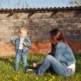 Μητέρα και κόρη στο κατώφλι Στοκ Εικόνες