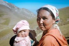 Μητέρα και κόρη στο Κιργιστάν Στοκ φωτογραφία με δικαίωμα ελεύθερης χρήσης