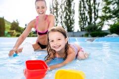 Μητέρα και κόρη στο μπικίνι που έχει τη διασκέδαση στο aquapark Στοκ Εικόνες