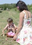 Μητέρα και κόρη στο ροδαλό φεστιβάλ Βουλγαρία πετρελαίου στοκ εικόνες