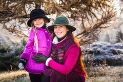 Μητέρα και κόρη στο χειμερινό πάρκο Στοκ φωτογραφία με δικαίωμα ελεύθερης χρήσης
