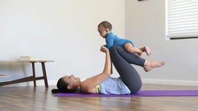 Μητέρα και λίγη άσκηση γιων απόθεμα βίντεο