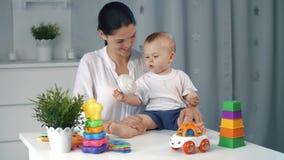 Μητέρα και μωρό με πολλά παιχνίδια απόθεμα βίντεο