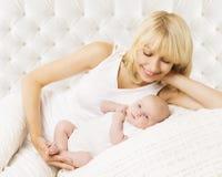 Μητέρα και μωρό νεογέννητες, νέος - γεννημένος με Mom Στοκ Εικόνα