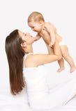 Μητέρα και μωρό που έχουν τη διασκέδαση μαζί, mom παίζοντας με το νήπιο Στοκ εικόνα με δικαίωμα ελεύθερης χρήσης