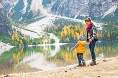 Μητέρα και μωρό που έχουν το χρόνο διασκέδασης στη λίμνη braies Στοκ Εικόνες