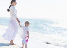 Μητέρα και μωρό που φαίνονται εν πλω στοκ εικόνες