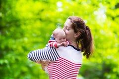 Μητέρα και μωρό σε ένα πάρκο στοκ εικόνες