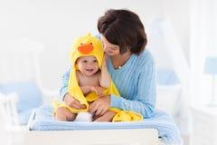 Μητέρα και μωρό στην πετσέτα μετά από το λουτρό Στοκ φωτογραφία με δικαίωμα ελεύθερης χρήσης