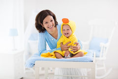 Μητέρα και μωρό στην πετσέτα μετά από το λουτρό Στοκ εικόνα με δικαίωμα ελεύθερης χρήσης