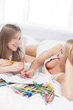 Μητέρα και νέα κόρη που χαμογελούν μαζί Στοκ Εικόνα