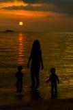 Μητέρα και οι σκιαγραφίες παιδιών της Στοκ Εικόνες