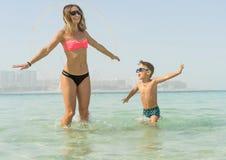 Μητέρα και ο γιος της που παίζουν και που τρέχουν στην παραλία Έννοια της φιλικής οικογένειας Στοκ φωτογραφία με δικαίωμα ελεύθερης χρήσης