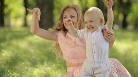 Μητέρα και ο κυματισμός παιδιών της φιλμ μικρού μήκους