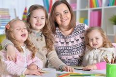 Μητέρα και ο σχεδιασμός τριών κορών της Στοκ φωτογραφία με δικαίωμα ελεύθερης χρήσης