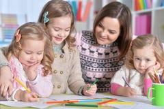 Μητέρα και ο σχεδιασμός τριών κορών της Στοκ εικόνα με δικαίωμα ελεύθερης χρήσης