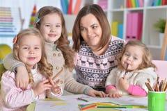 Μητέρα και ο σχεδιασμός τριών κορών της Στοκ Φωτογραφίες