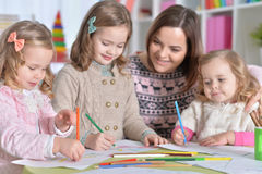 Μητέρα και ο σχεδιασμός τριών κορών της Στοκ φωτογραφίες με δικαίωμα ελεύθερης χρήσης