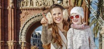 Μητέρα και παιδί κοντά Arc de Triomf που δείχνει σε κάτι Στοκ Φωτογραφίες